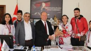 Milli sporcular Özakcan'ı ziyaret etti