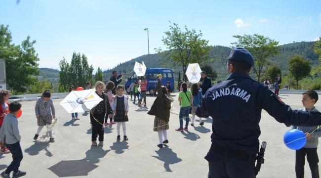 Söke'de jandarmadan çocuklara uçurtma şenliği