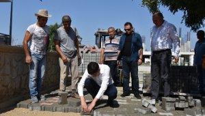 Başkan Özcan işçilerle parke taşı döşedi