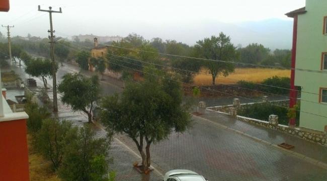 Karacasu'da sağnak yağış ve dolu etkili oldu