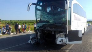 Manisa'nın Salihli ilçesinde transit minibüs ile otobüs çarpıştı. İlk belirlemelere göre kazada 4 kişi hayatını kaybetti.
