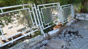 Didim'de şiddetli yağış, tapınağın istinat duvarını çökertti