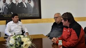 Başkan Özcan'dan Nazillili'nin şampiyonlarına altın ödülü